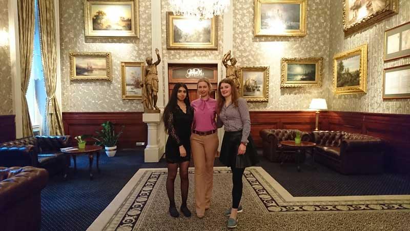 Frau Pachevska von den GBS Schulen mit zwei Schülerinnen während des PDP Praktikums in Karlsbad