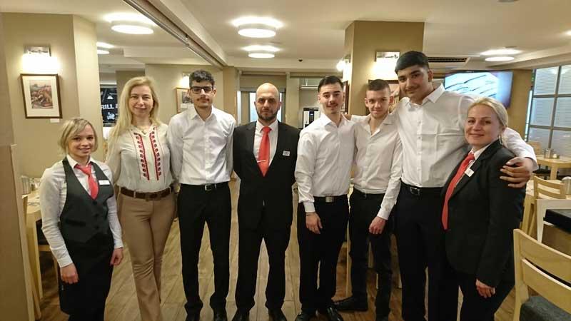 Maryia Pachevska und ihre Schüler von den SABEL und GBS Schulen München an ihrem Praktikumsplatz in einem Prager Hotel