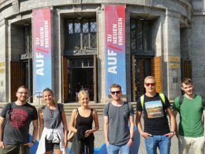 Schüler vor dem Deutschen Museum