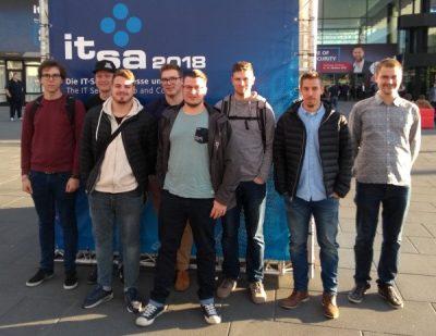 Schüler der Technikerschule für Informatik auf der IT-Sicherheitsmesse