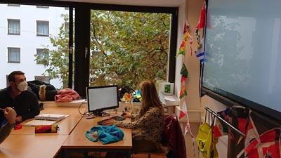 Lehrkraft referiert während der Erasmus Days an den GBS Schulen München